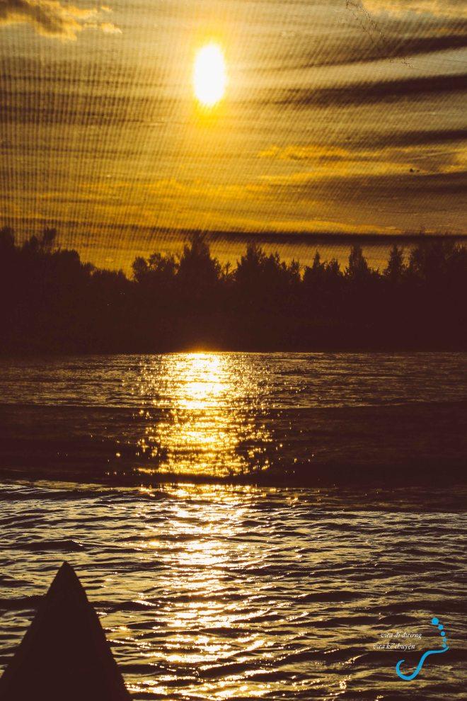 Hoàng hôn sắp xuống qua tấm lưới đánh cá