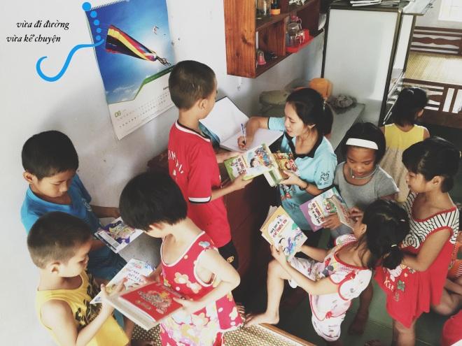Bọn trẻ rất háo hức được đọc sách mới
