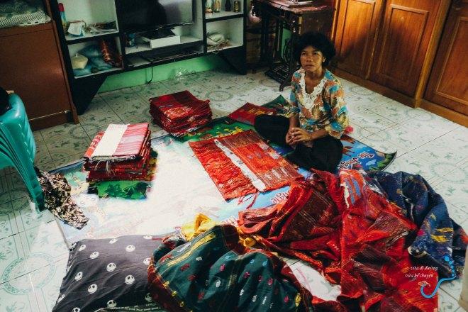 Mẹ Martin với đống vải Batik