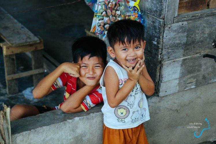 Bọn trẻ gặp quán nước gần nhà thờ