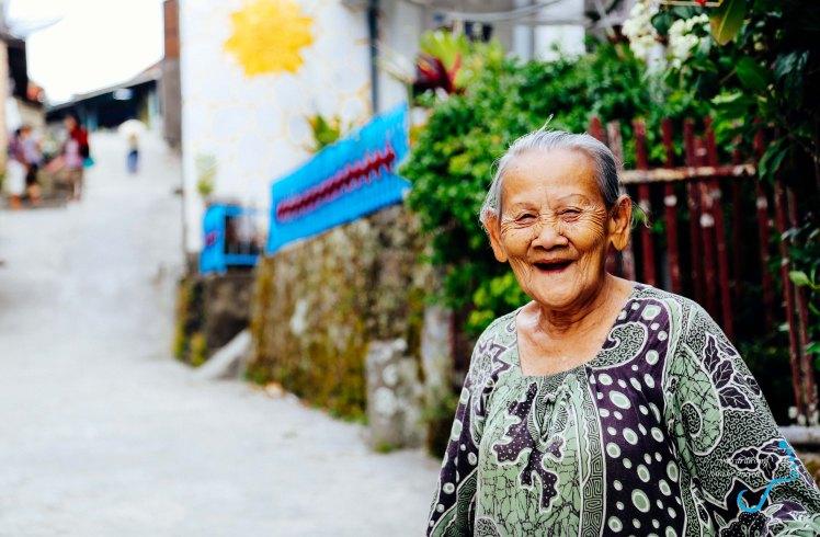 Nụ cười phúc hậu của bà cụ